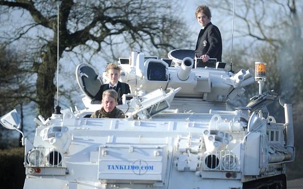 Lái xe tăng 17 tấn đưa con tới trường - ảnh 1