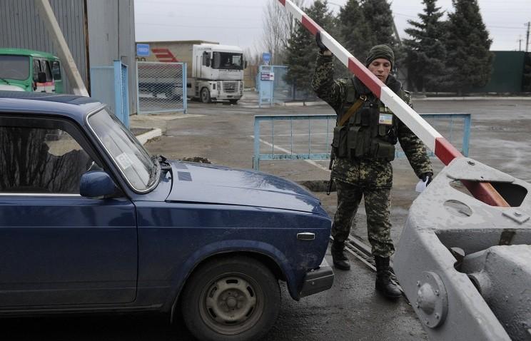 Ukraine 'cấm' dân Nga, Moscow vẫn mở cửa biên giới - ảnh 1