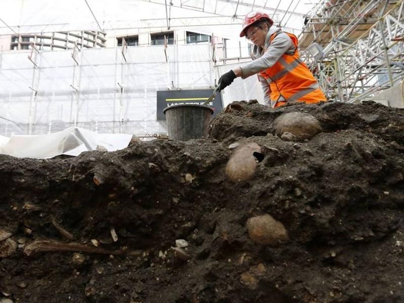 Khai quật mộ cổ 3000 hài cốt bên dưới thủ đô Anh - ảnh 1