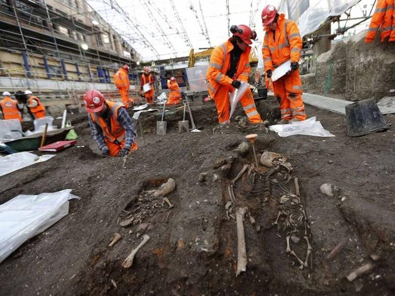 Khai quật mộ cổ 3000 hài cốt bên dưới thủ đô Anh - ảnh 2