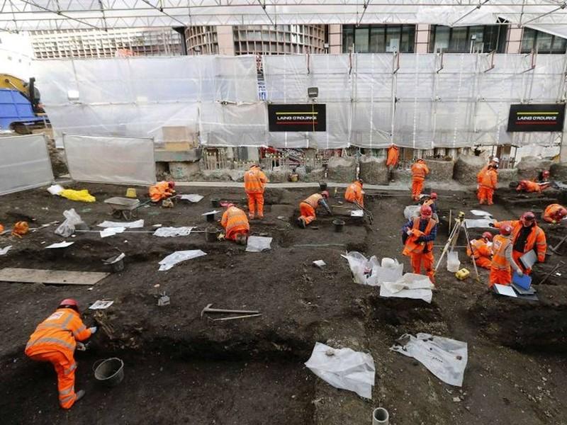 Khai quật mộ cổ 3000 hài cốt bên dưới thủ đô Anh - ảnh 3