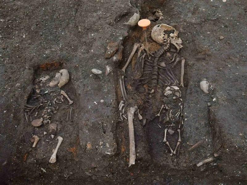 Khai quật mộ cổ 3000 hài cốt bên dưới thủ đô Anh - ảnh 4