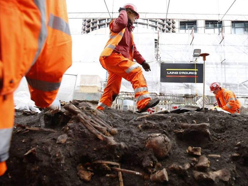 Khai quật mộ cổ 3000 hài cốt bên dưới thủ đô Anh - ảnh 5