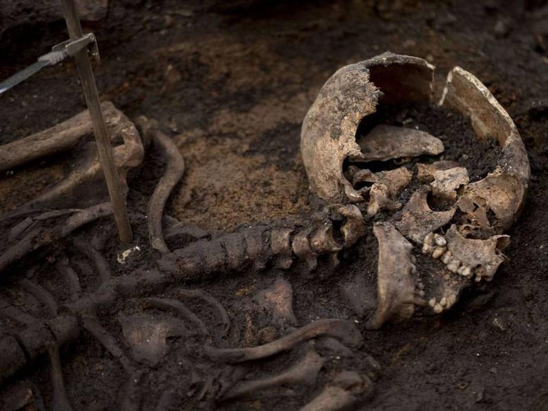 Khai quật mộ cổ 3000 hài cốt bên dưới thủ đô Anh - ảnh 6