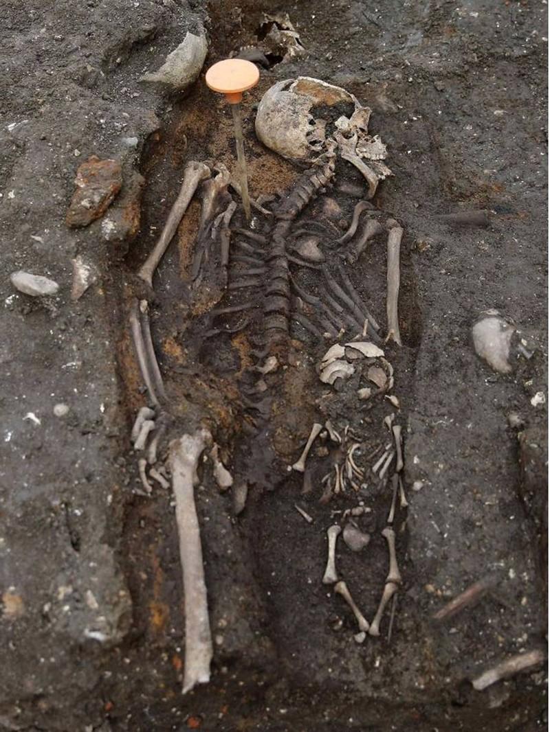 Khai quật mộ cổ 3000 hài cốt bên dưới thủ đô Anh - ảnh 7