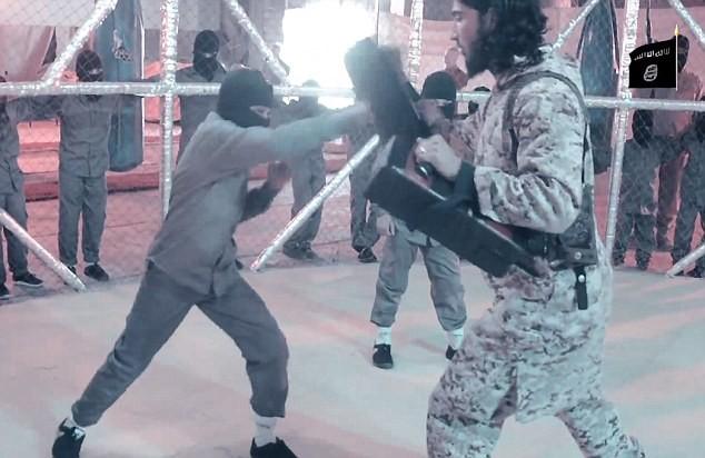 """Nhà nước Hồi giáo rèn """"chiến binh nhí"""" trong lồng sắt  - ảnh 4"""
