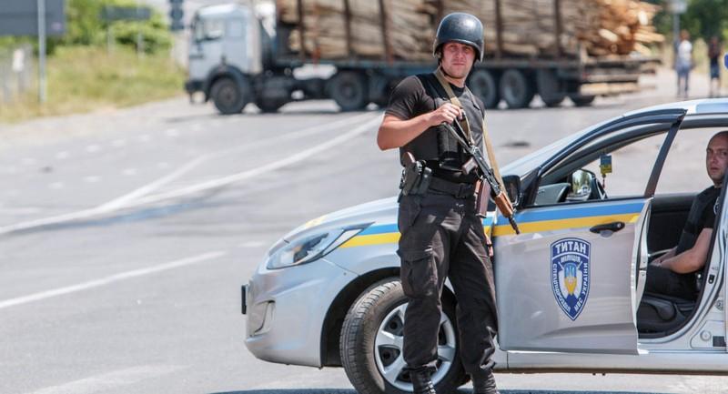 Kiev mang xe thiết giáp đối đầu với phe cánh hữu - ảnh 1