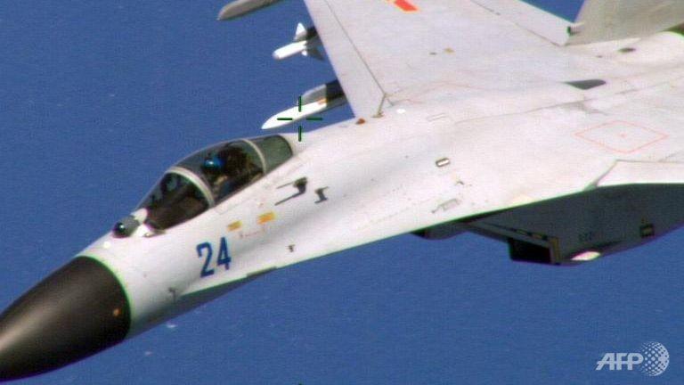 Chiến đấu cơ Trung Quốc quấy rối máy bay Mỹ với 'tốc độ cao' - ảnh 1