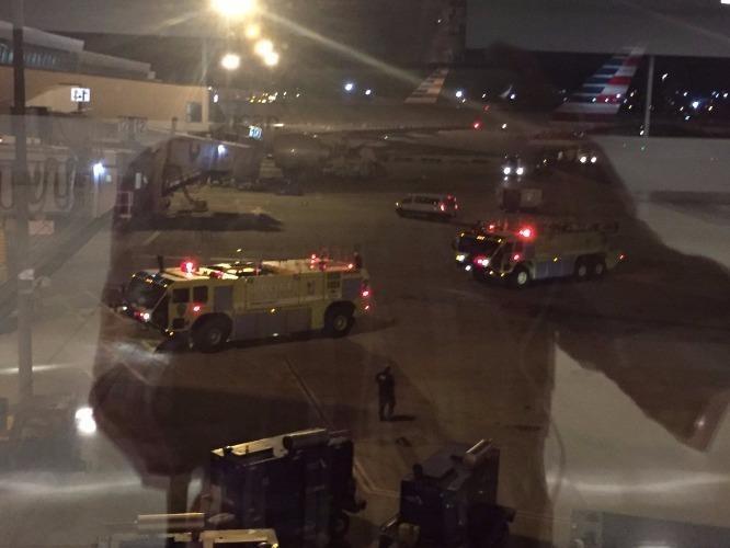 Các đơn vị đặc nhiệm SWAT được điều động tại sân bay JFK. Ảnh: Twitter