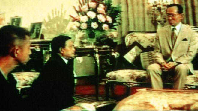 Quốc vương Thái Lan và những tướng quân quỳ phục - ảnh 1