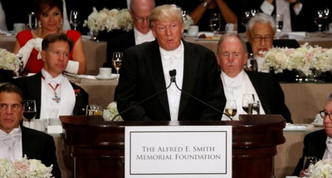 Chỉ trích bà Clinton, Trump bị la ó giữa tiệc từ thiện