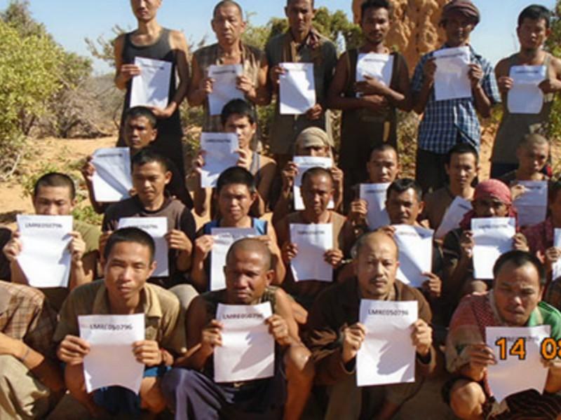 Các thuỷ thủ châu Á bị cướp biển Somalia bắt giữ. Ảnh: TELEGRAPH