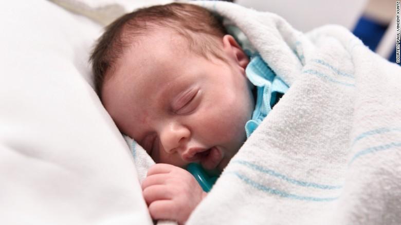 Kỳ diệu em bé được sinh 2 lần để cứu sống khỏi ung thư