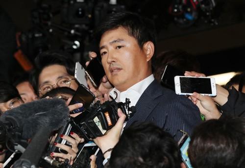 Nhân tình của 'bà đồng' khuynh đảo Hàn Quốc bị thẩm vấn