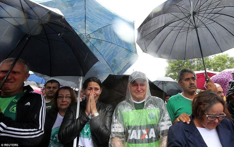 100.000 người đội mưa đón thi thể cầu thủ Chapecoense