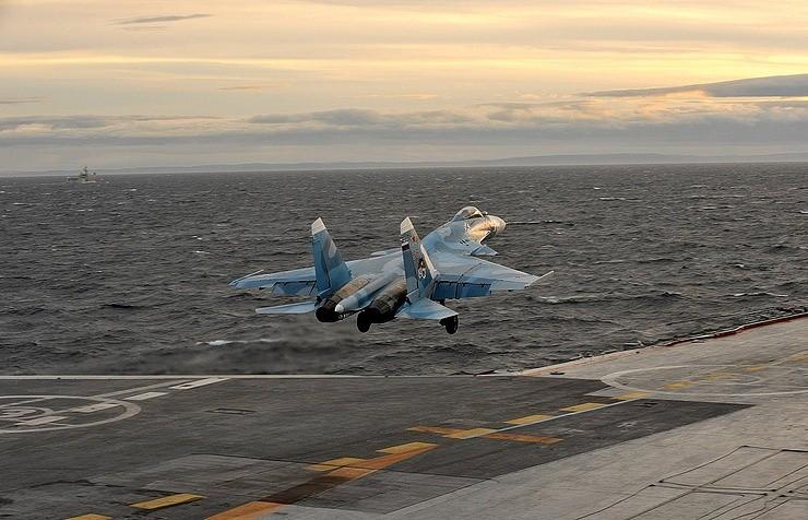 Tiêm kích Su-33 Nga đâm xuống biển - ảnh 1