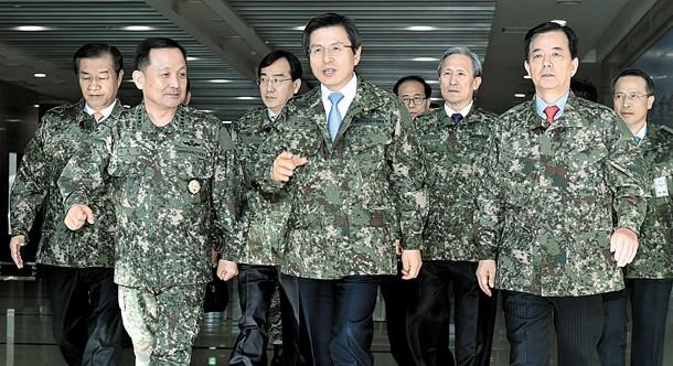 Thủ tướng Hàn Quốc Hwang Kyo-ahn (giữa) sẽ thay thế bà Park Geun-hye
