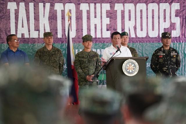 Ông Duterte sẵn sàng trả lương để phiến quân đánh IS - ảnh 1
