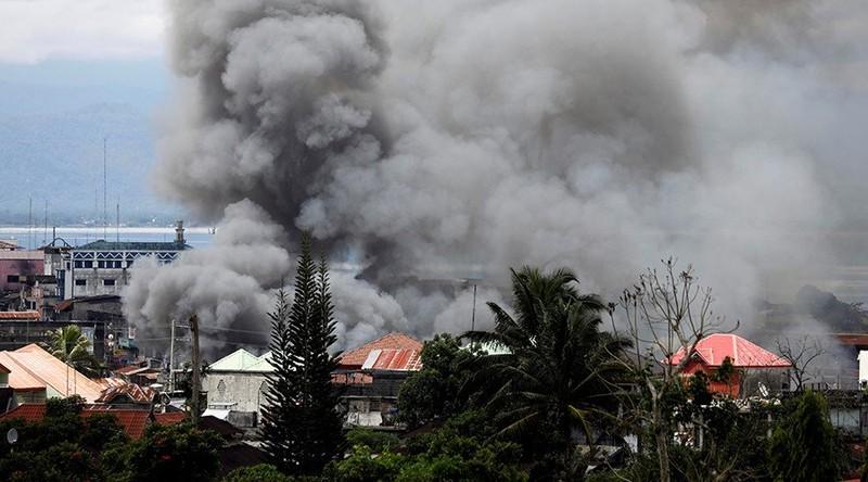 2.000 dân kẹt lại Marawi, chân rết IS dọa tử hình - ảnh 2
