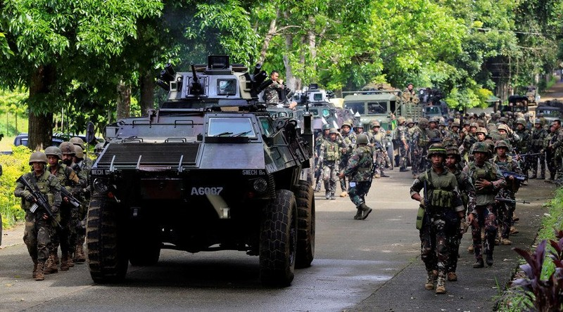 2.000 dân kẹt lại Marawi, chân rết IS dọa tử hình - ảnh 3