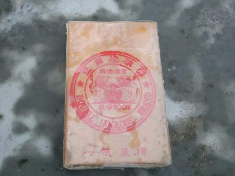 Nóng: 25 bánh heroin trôi dạt vào bờ biển Quảng Nam - ảnh 1