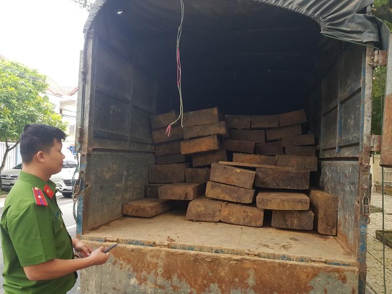 Tháo hết ghế trên xe khách để chở gỗ lậu - ảnh 1