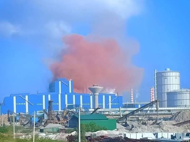 Vệt khói màu nâu đỏ bất thường xuất hiện ở Hòa Phát Dung Quất - ảnh 1