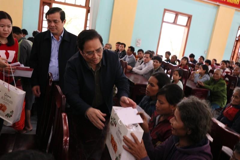 Trưởng Ban Tổ chức Trung ương tặng quà người nghèo Quảng Nam - ảnh 2
