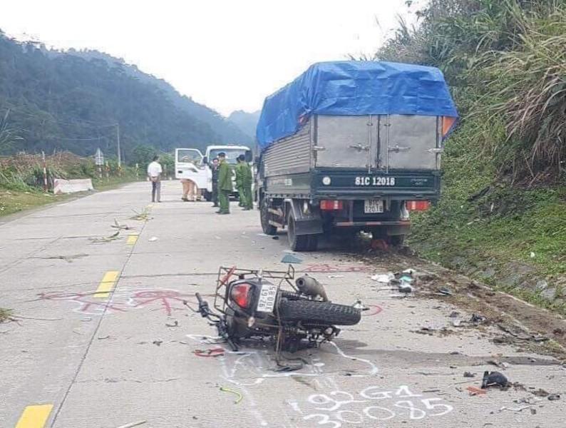 Xe máy va chạm xe tải, 2 du khách nước ngoài tử vong - ảnh 1