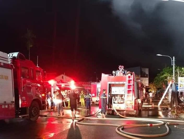 Cháy dữ dội, 96 ki-ốt ở chợ Thanh Quýt bị thiêu rụi - ảnh 1