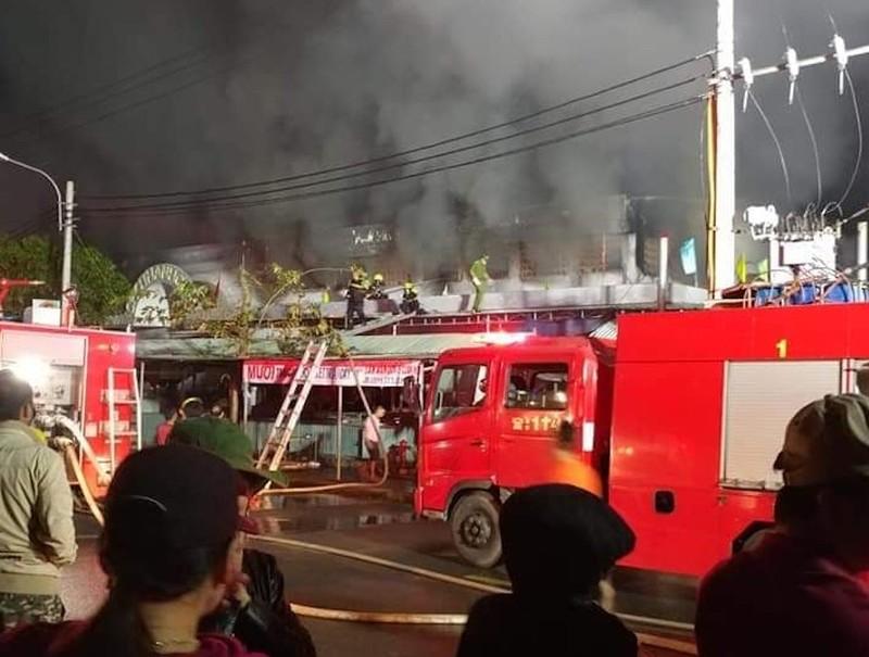 Cháy dữ dội, 96 ki-ốt ở chợ Thanh Quýt bị thiêu rụi - ảnh 2