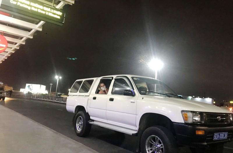 Làm rõ vụ xe biển xanh chở 4 người cách ly đến sân bay - ảnh 1