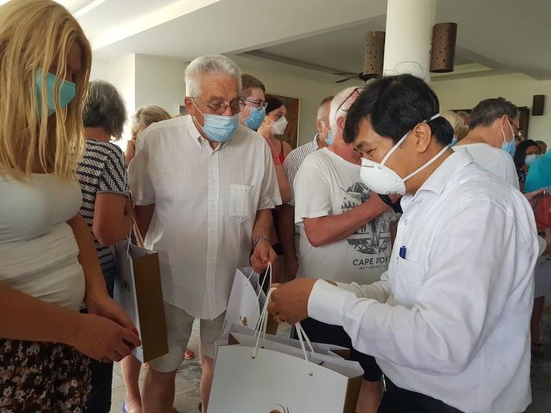 39 du khách hoàn thành cách ly bịn rịn rời Hội An về nước  - ảnh 1