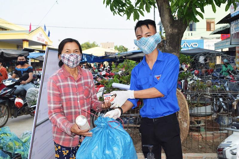 Người dân Quảng Nam đổi rác thải nhựa lấy nước rửa tay - ảnh 1