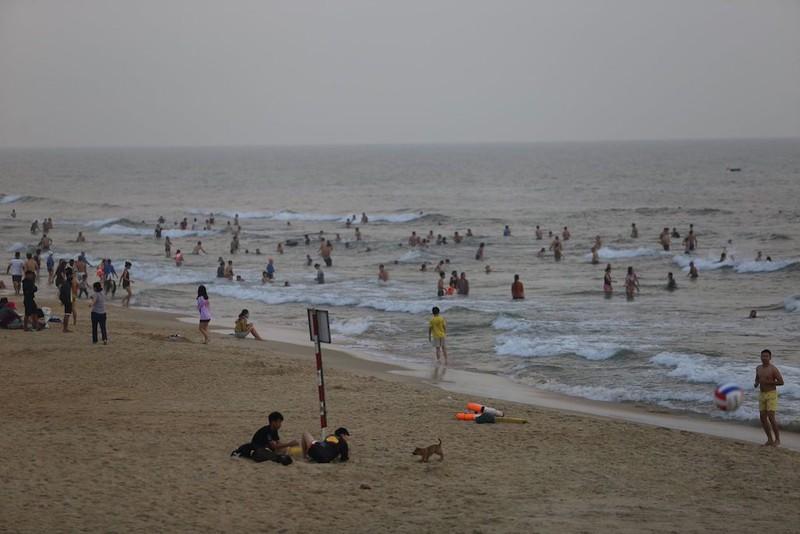 Hàng nghìn người tập trung tắm biển bất chấp dịch COVID-19 - ảnh 2