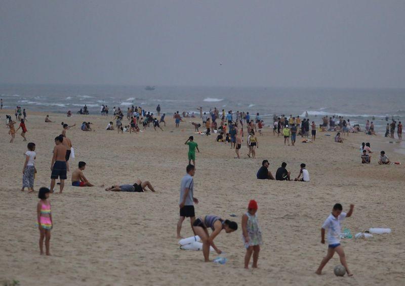 Hàng nghìn người tập trung tắm biển bất chấp dịch COVID-19 - ảnh 1