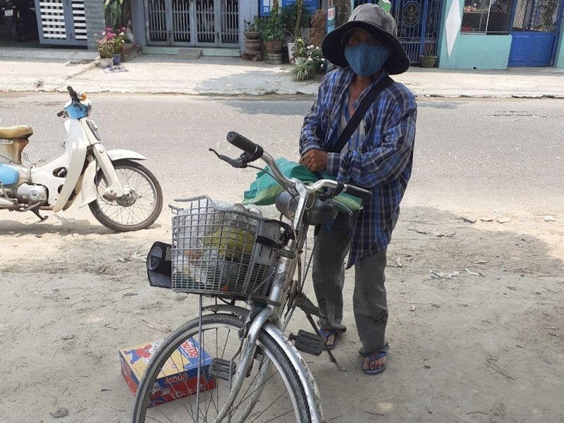 Nhiều người Quảng Nam góp tiền trao quà cho người bán vé số - ảnh 1