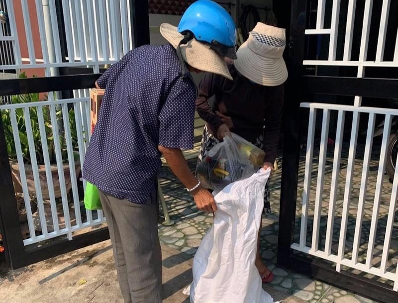 Nhiều người Quảng Nam góp tiền trao quà cho người bán vé số - ảnh 6