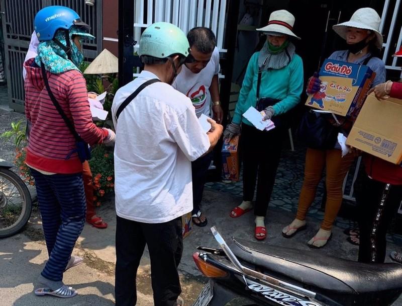 Nhiều người Quảng Nam góp tiền trao quà cho người bán vé số - ảnh 7