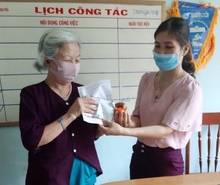 Cụ già ủng hộ 1 đôi bông tai và 3 triệu chống COVID-19 - ảnh 1
