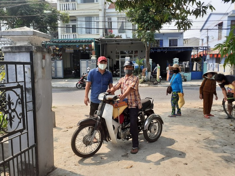 Nhiều người Quảng Nam góp tiền trao quà cho người bán vé số - ảnh 2