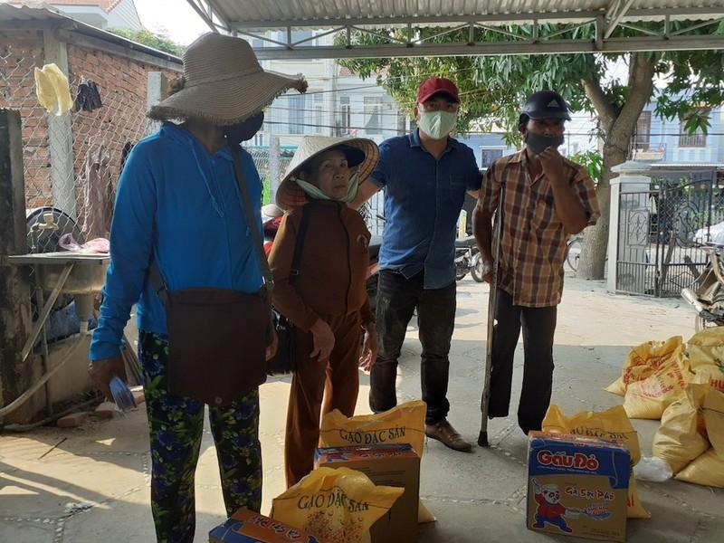 Nhiều người Quảng Nam góp tiền trao quà cho người bán vé số - ảnh 4