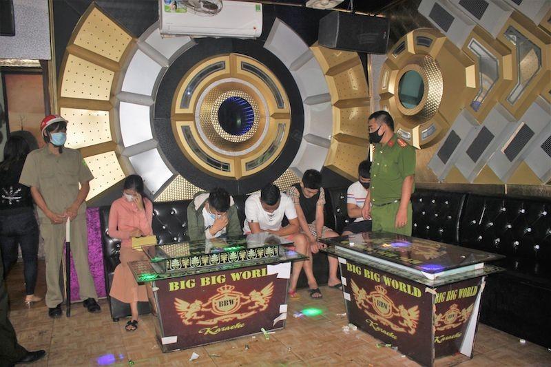 11 người bay lắc trong quán karaoke bất chấp dịch COVID-19 - ảnh 1