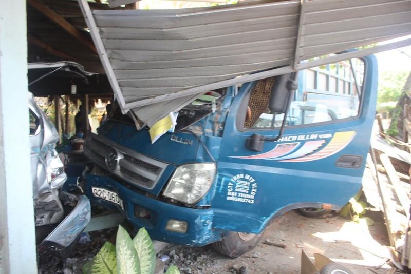 Xe tải tông sập quán nước ven đường - ảnh 1