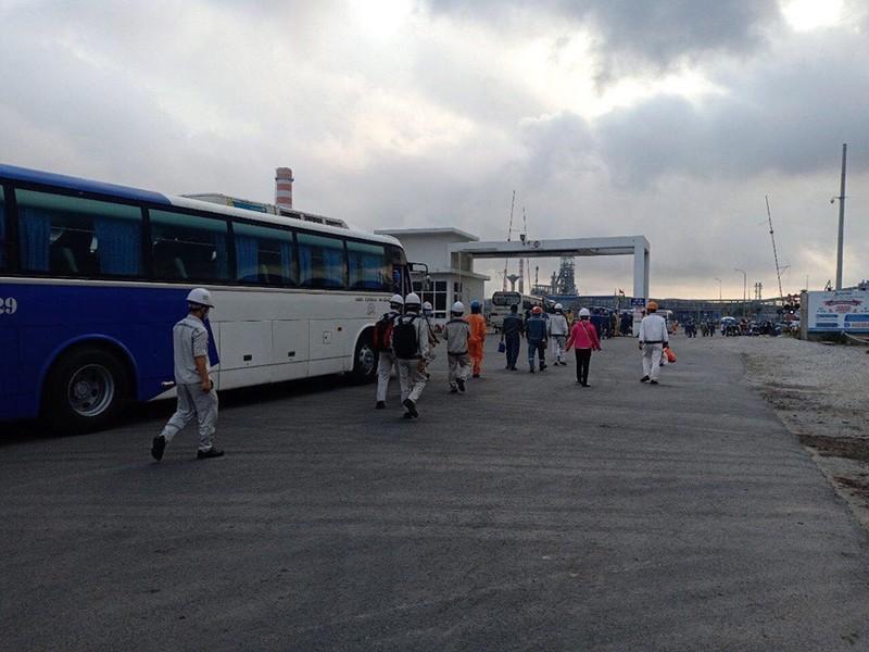 Hàng ngàn công nhân chen lấn ở Nhà máy Hòa Phát - Dung Quất - ảnh 2