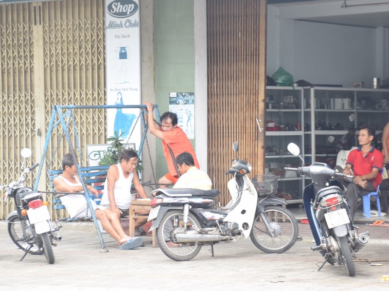 Quảng Nam: Nhiều người ra đường không đeo khẩu trang - ảnh 2