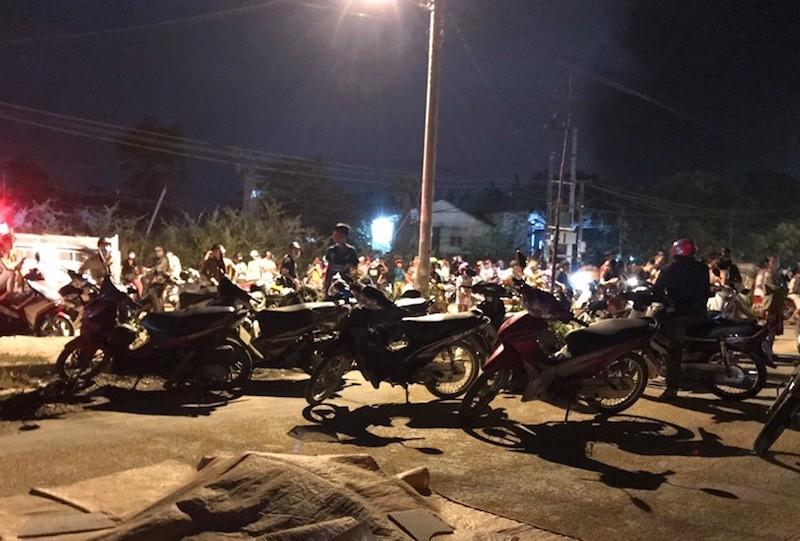 Hàng trăm người tụ tập xem đám cháy - ảnh 2