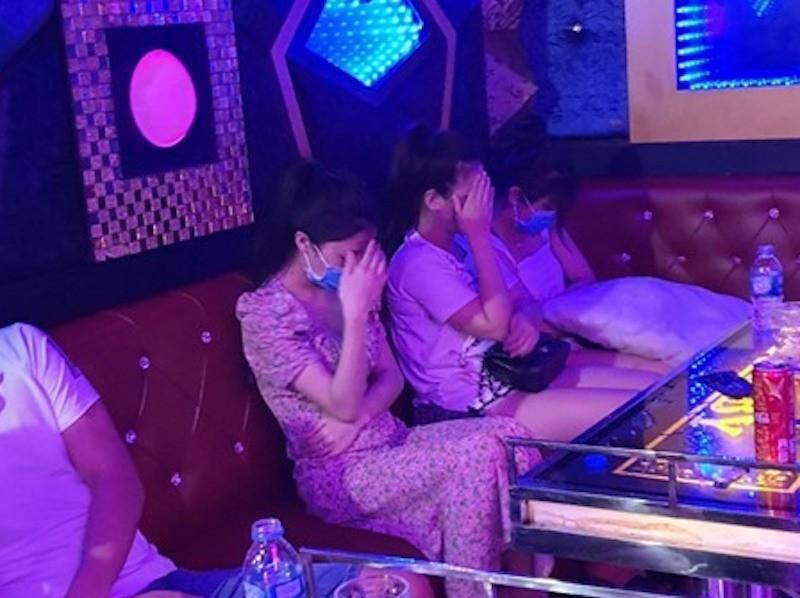 Quán karaoke có 11 nam nữ chơi ma túy trong dịch COVID-19 - ảnh 1
