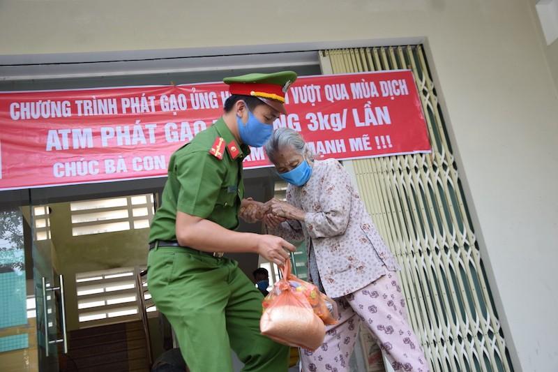 ATM lương thực làm ấm lòng người nghèo Quảng Nam - ảnh 6