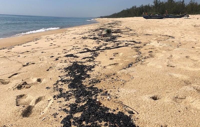 Chất màu đen trôi dạt vào bờ biển Quảng Ngãi - ảnh 1